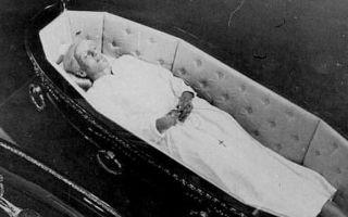 Белье для усопшего: нужно ли класть в гроб
