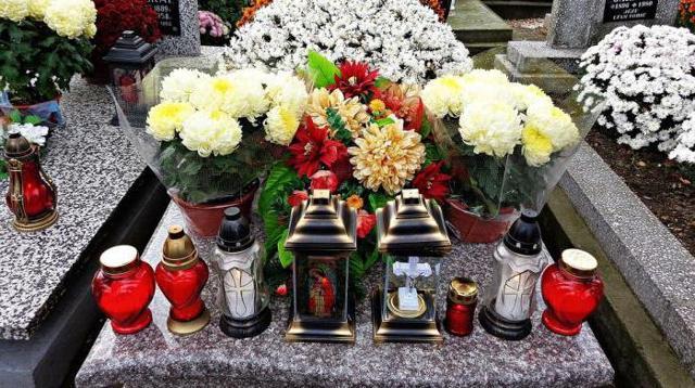 Убирают венки с могилы после похорон по церковным канонам