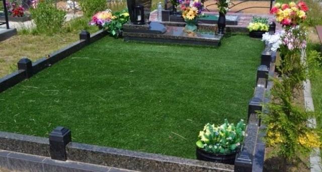 Искусственная трава для кладбища: плюсы и минусы газона на могилу